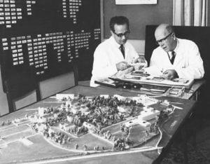 Gerhart Harrer mit Verwaltungsdirektor A. Warta und einem Modell der LNK und dem Neubau der Neurologie 1971